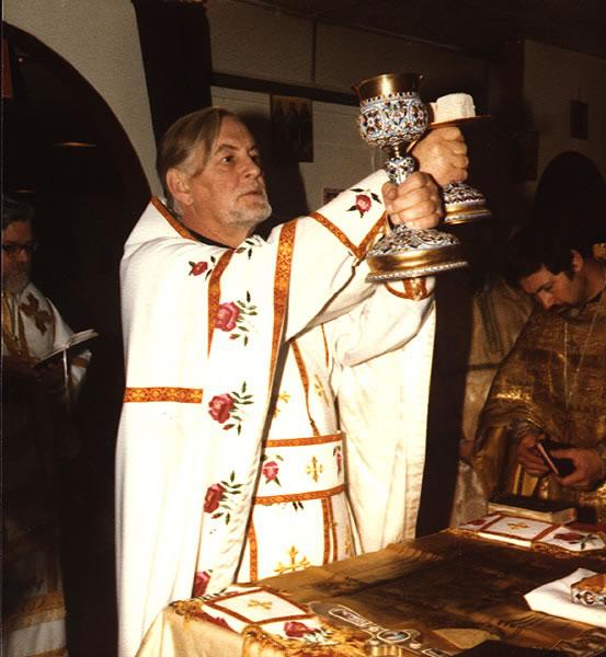 Parintele Alexandre Schmemann slujind Dumnezeiasca Liturghie