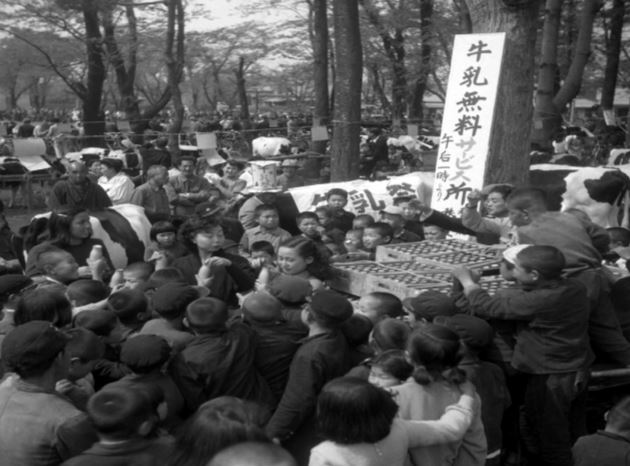 Children Gather for Free Milk 1952_Mainichi Photo Gallery