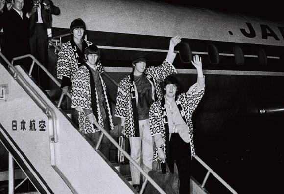 the-beatles-landing-at-haneda