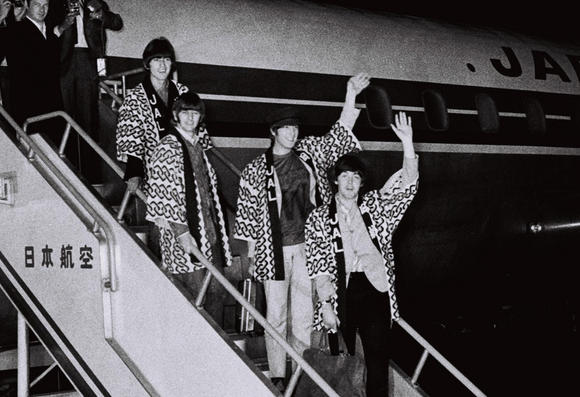 the-beatles-landing-at-haneda