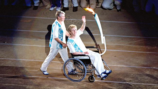 Betty Cuthbert 2_with torch at Sydney Olympics