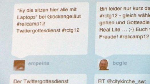 Die Twitterwall beim Twittergottesdienst zum Relicamp 2012 in Frankfurt (Foto: Hanno Terbuyken/evangelisch.de)