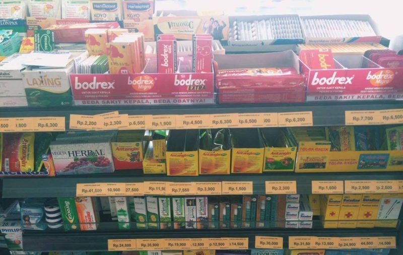 Lieky na zvýšenú teplotu či chrípku, dezinfekčné prostriedky sú bežne dostupné v supermarketoch.