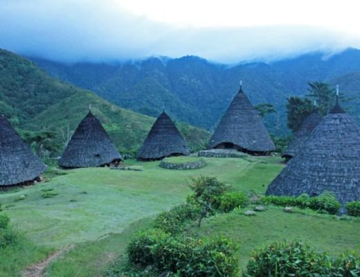 Tradičná dedina Wae Rebo skoro ráno pred východom slnka