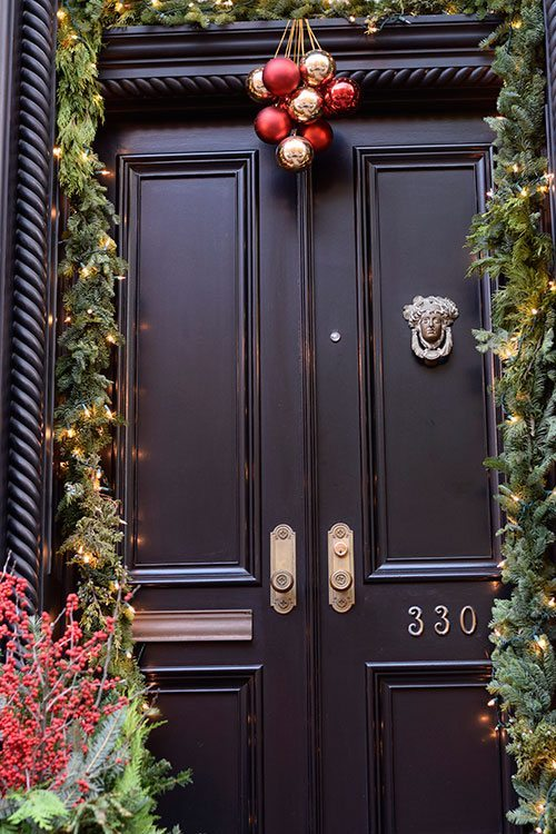 nyc-christmas-brownstone