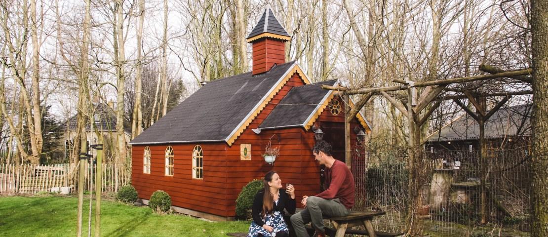 Bijzonder overnachten in Friesland: boomhut, kapel of vlot?