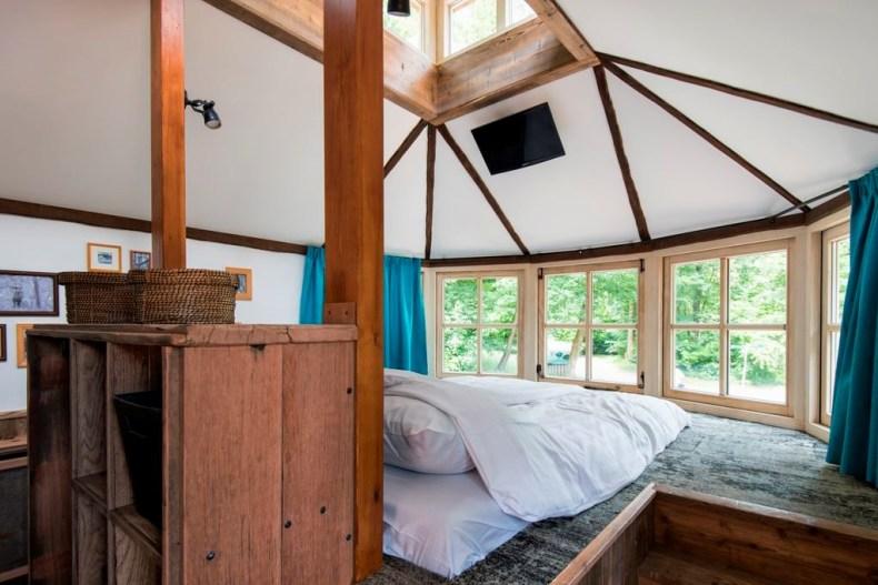 luxe boomhut met glijbaan Veluwe master bedroom