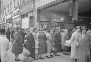 Britain Queues For Food- Rationing and Food Shortages in Wartime, London, England, UK, 1945 D25031 Ministry of Information Photo Division Photographer / Public domain