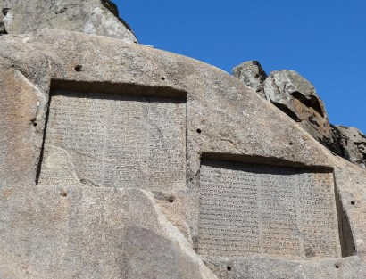 Hamedan, Iran - Ganjnameh's cuneiform inscriptions of Darius and Xerxes - 1 - Photo credits Wikimedia Commons' user Mrjohncummings