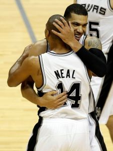 Spurs guards Neal and Green exchange a hug at halftime