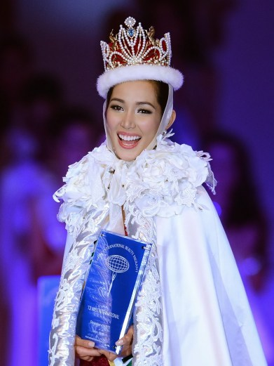 Bea Rose Santiago of Philippines smiles after winning the Miss International Beauty Pageant in Tokyo on December 17, 2013. The 23-year-old from the Philippines won the crown for this year's Miss International. AFP PHOTO/Toru YAMANAKA