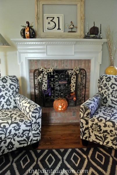 Halloween fireplace thepaintedapron.com