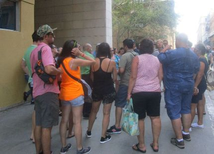 there were many herds of tourists with their guides