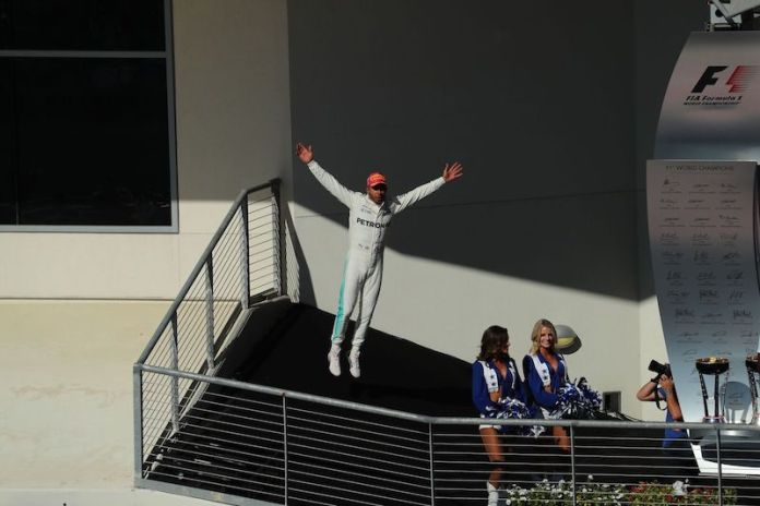 Lewis stuns crowd with levitation act