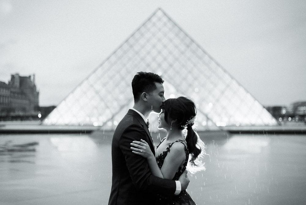 pre wedding photography paris - night photos at the Louvre Museum