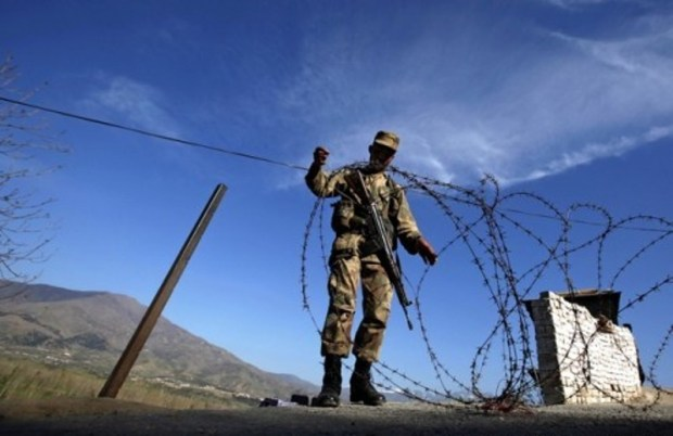 Pakistan-installing-barbed-wire-in-Durand-Line-498x340
