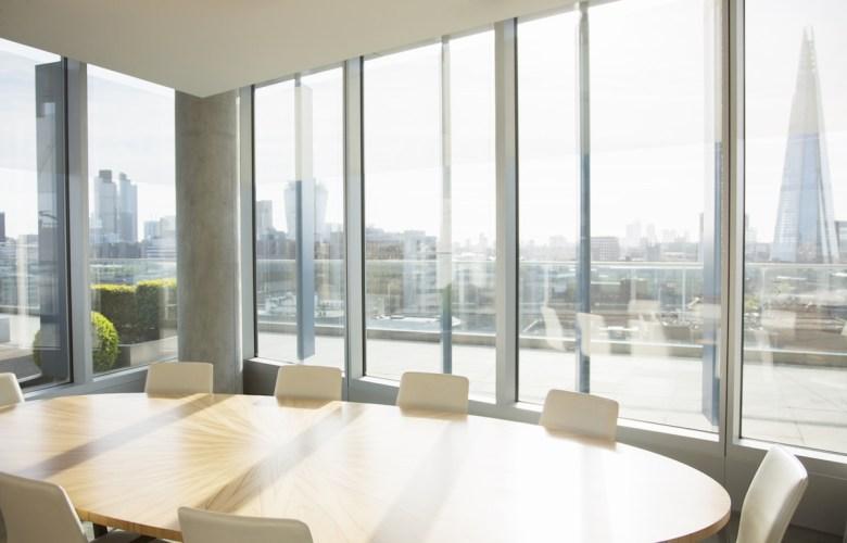 Empty conference room overlooking city By Tom Merton/KOTO (AdobeStock.com)