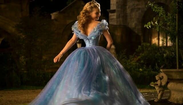 Der magische Augenblick als Cinderella (Lily James) ihr Ballkleid bekommt