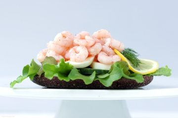 This swedish prawn sandwich is a total must-try for seafood lovers - Healthy, packed with fresh flavors and super quick to make! Recipe from thepetitecook.com