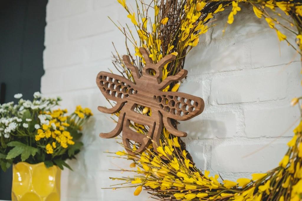 Decocrated Wood Honeybee
