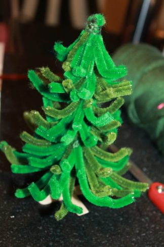 My daughter wanted a Christmas tree for her doll house, so we made one. Pipe Cleaner Christmas Tree craft - arts and crafts for kids pretend play or decoration
