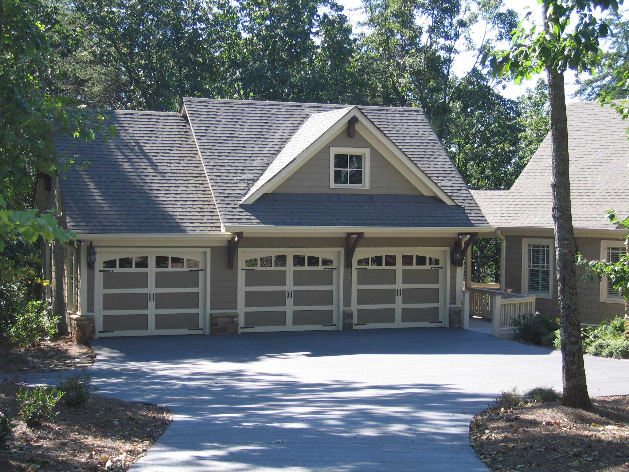 Garage W/Apartments With 3-Car, 1 Bedrm, 679 Sq Ft