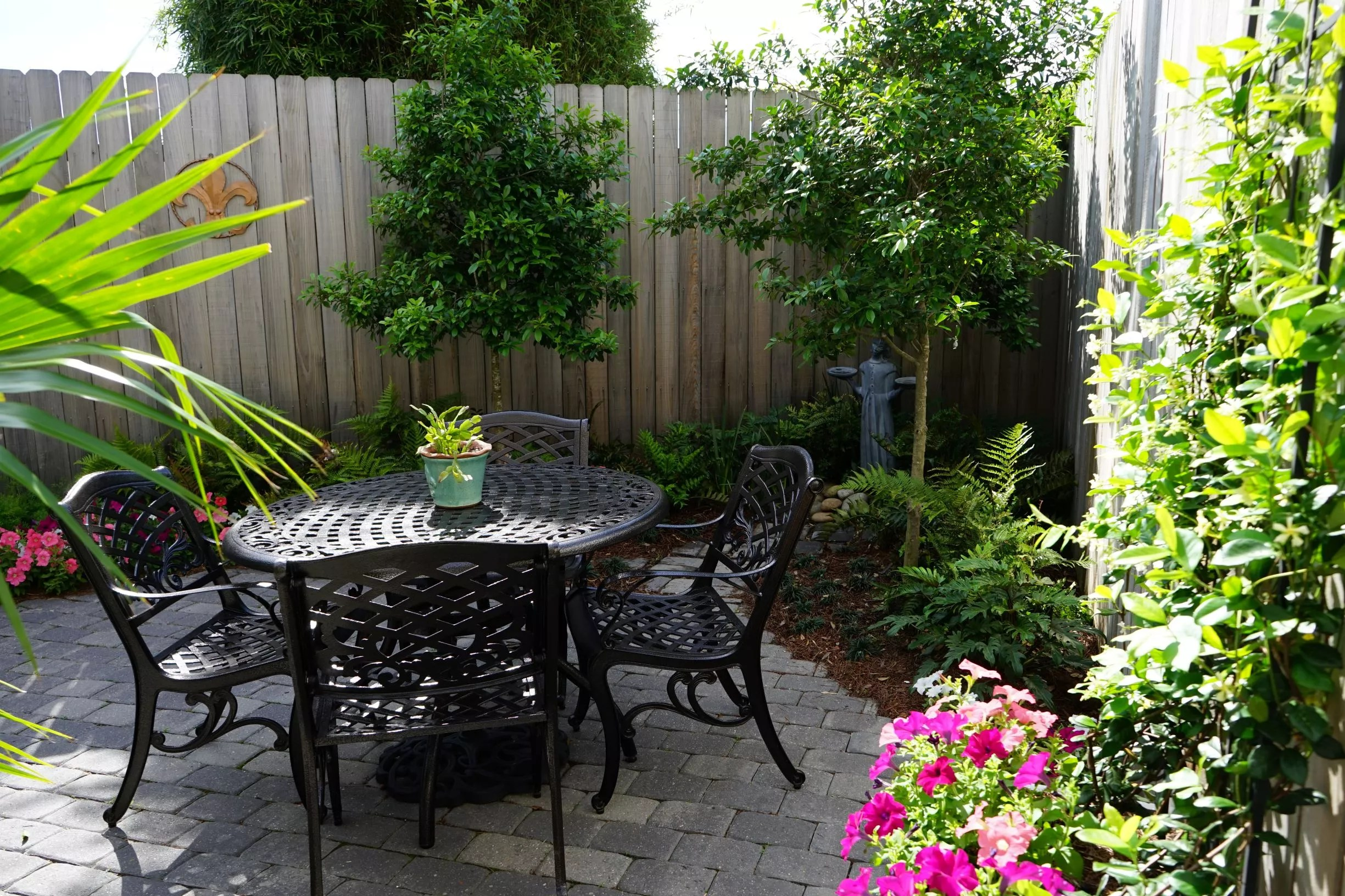 Tiny Yards: 7 Ideas for Designing a Small Garden in New ... on Small Yard Landscaping id=33448