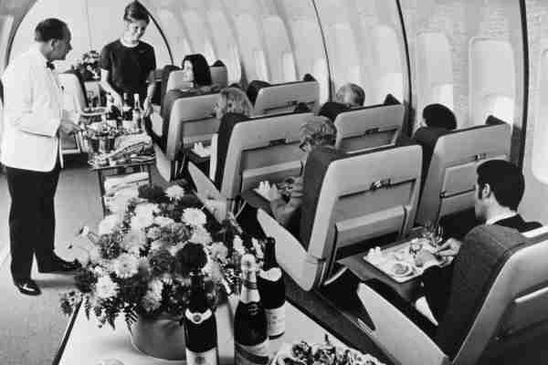 First class passengers in a BOAC Boeing 747 Jumbo Jet are served lunch.   (Photo by Fox Photos/Getty Images)