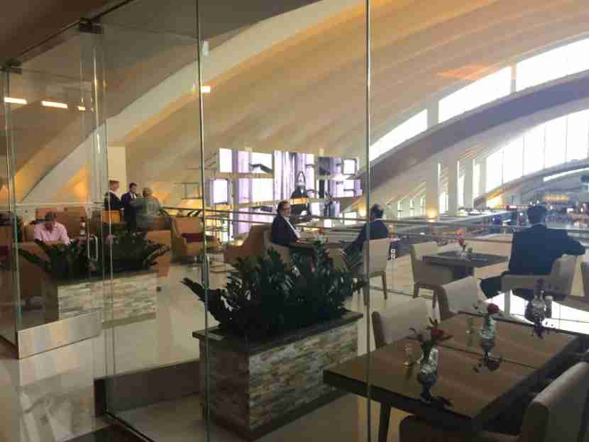emirates-lounge-lax-terrace-melanie-wynne