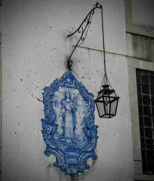Portugal may the only place in the world that adds such beautiful decoration to an otherwise ordinary street lamp.