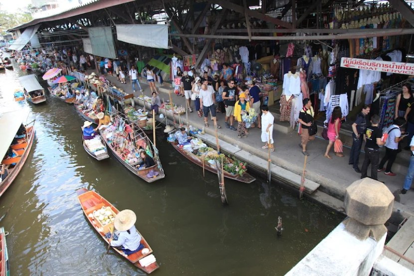Damnoen Saduak Floating Market attracts locals and a whole lot of tourists -- and it's worth it.