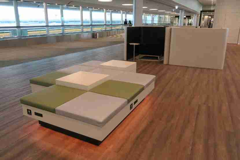 The connector between the main terminal and the satellite terminal at NRT Terminal 2 contained some nice sleep/relax areas for those without lounge access.