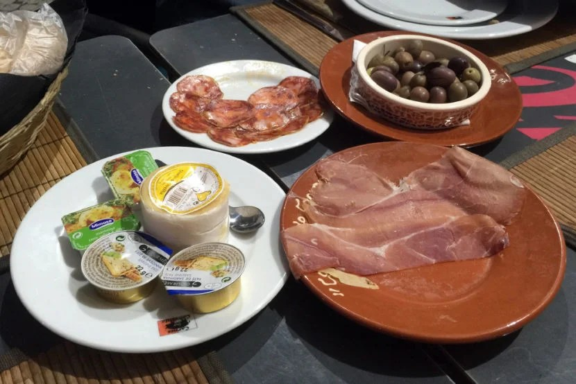 Free appetizers at Restaurante Carnes do Convento.