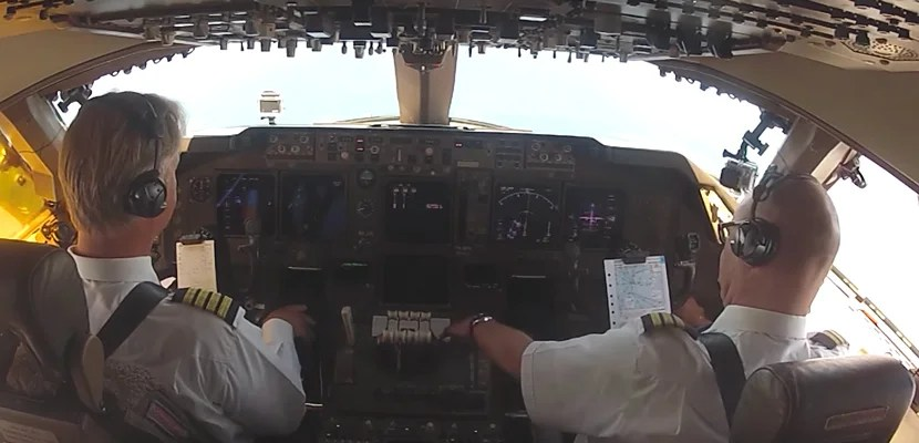 Watch a KLM 747 Land at St. Maarten from the Cockpit