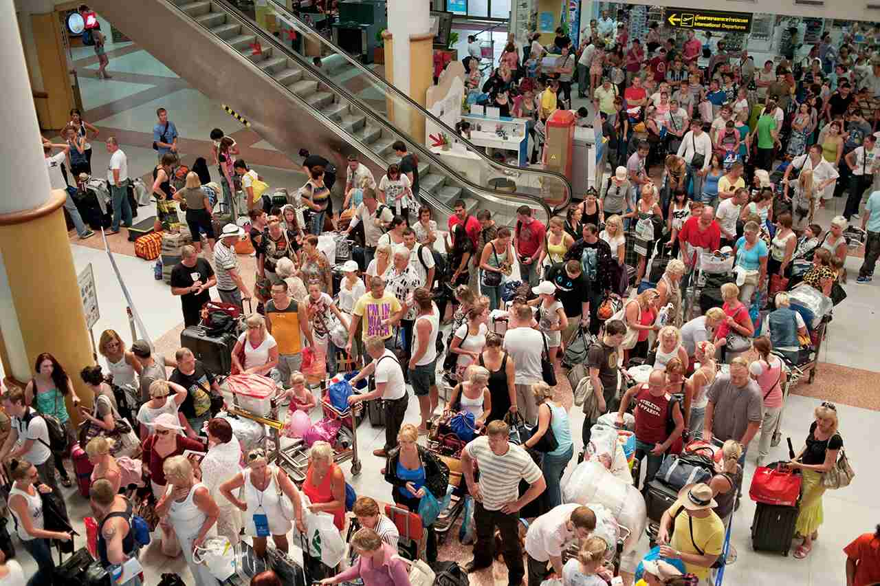 Crowded airport. (Photo by oneclearvision / Getty Images)
