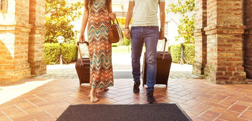 img-couple-travelers-featured-shutterstock-205324165