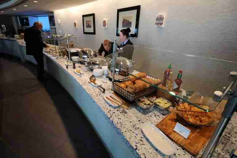 img-delta-sky-club-seattle-hot-food