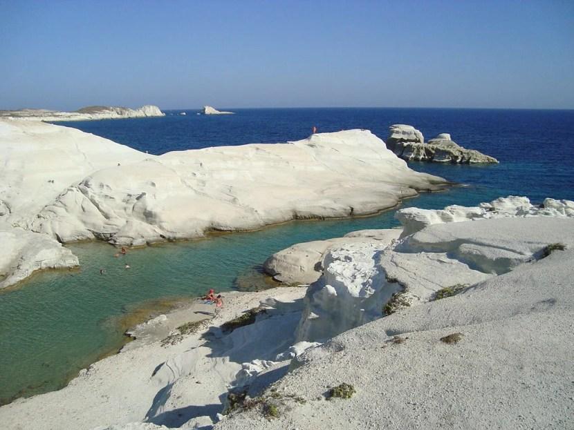 plage Sarakiniko sur l'île de Milos.  Avec l'aimable autorisation de Vihou mondiale via Wikimedia Commons.