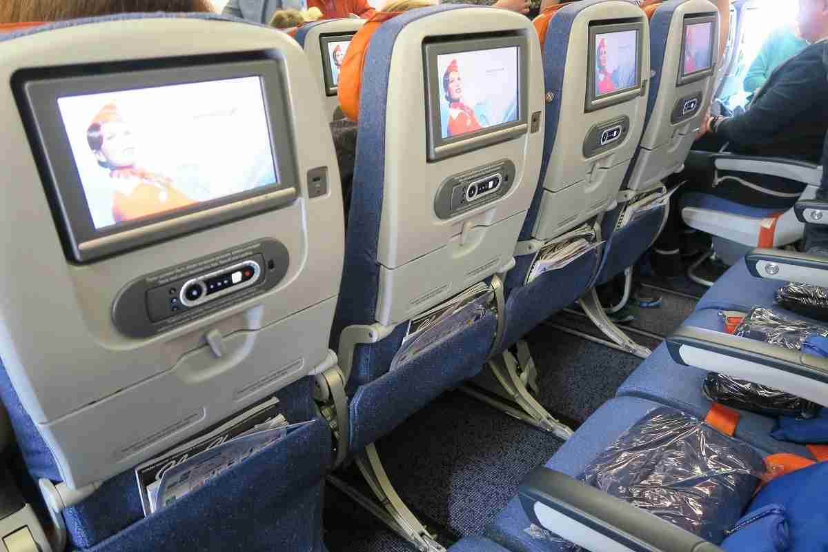 Aeroflot 77W middle seat supports