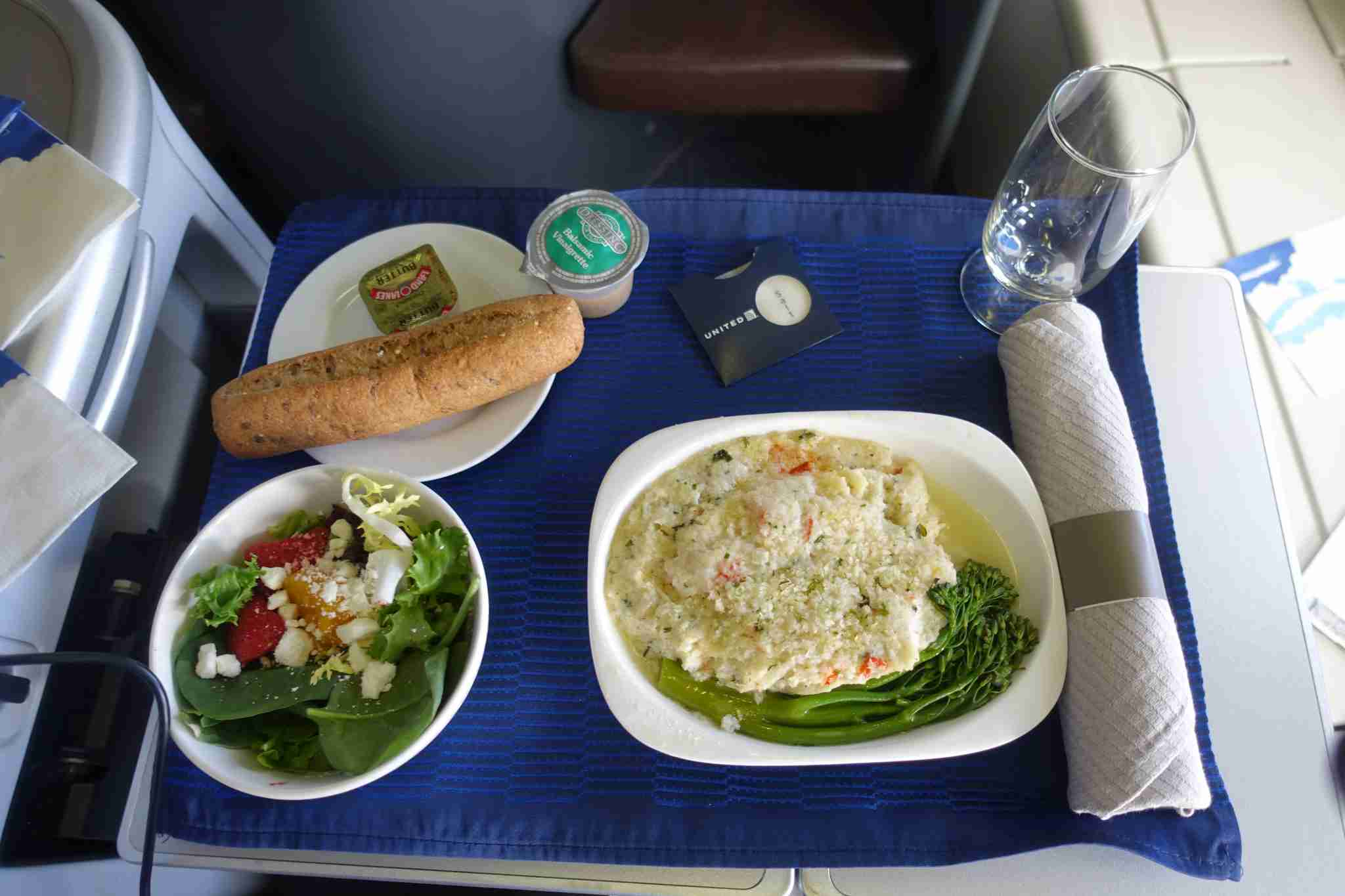 A lobster man & cheese with a salad, some bread, butter. Nothing special, but not bad for a domestic non-transcon meal.