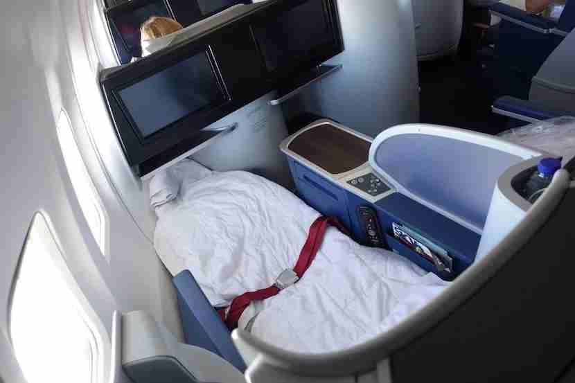 Delta 757 bed overhead 4