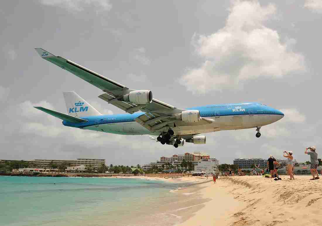 A KLM Boeing 747-400 seconds away from touchdown at SXM (Image by Alberto Riva / The Points Guy)
