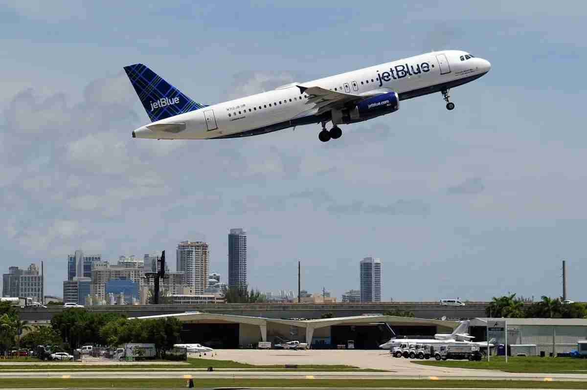 A JetBlue Airbus A320 taking off from FLL with the city of Fort Lauderdale in the background, July 2017 (Image by Alberto Riva / The Points Guy)