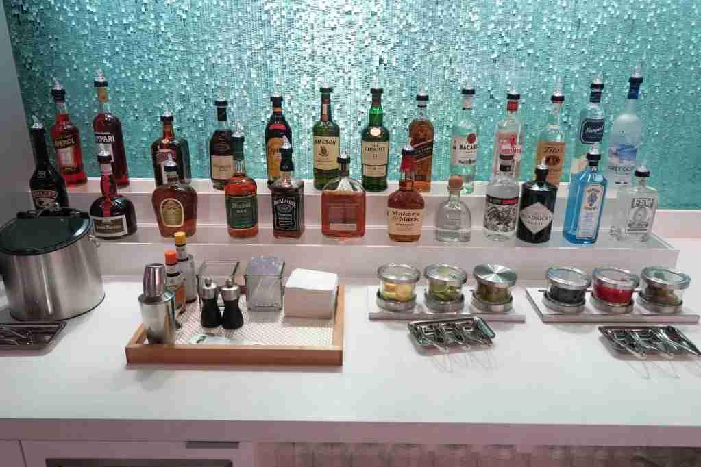 AA ORD Flagship Lounge - self-serve bar