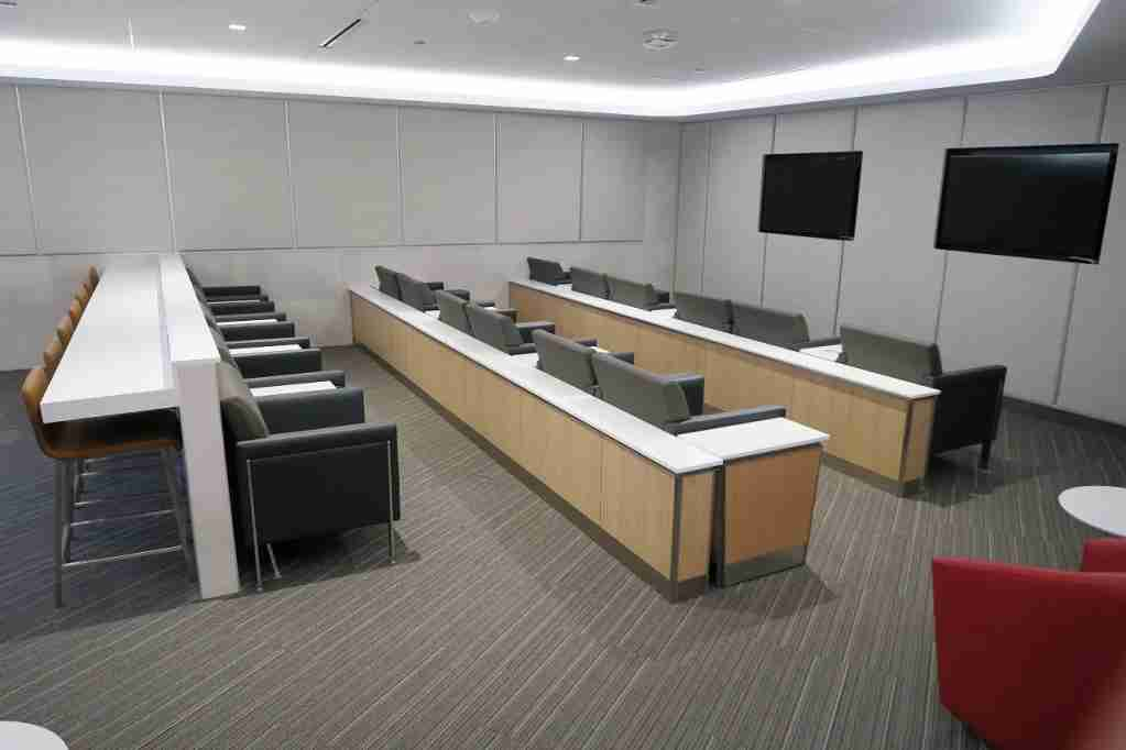 AA ORD Flagship Lounge - tv room