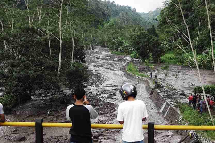 People seen cold lava from Mount Agung eruption flows at Rendang village, Karangasem regency. Photo by Solo Imaji / Barcroft Media via Getty Images