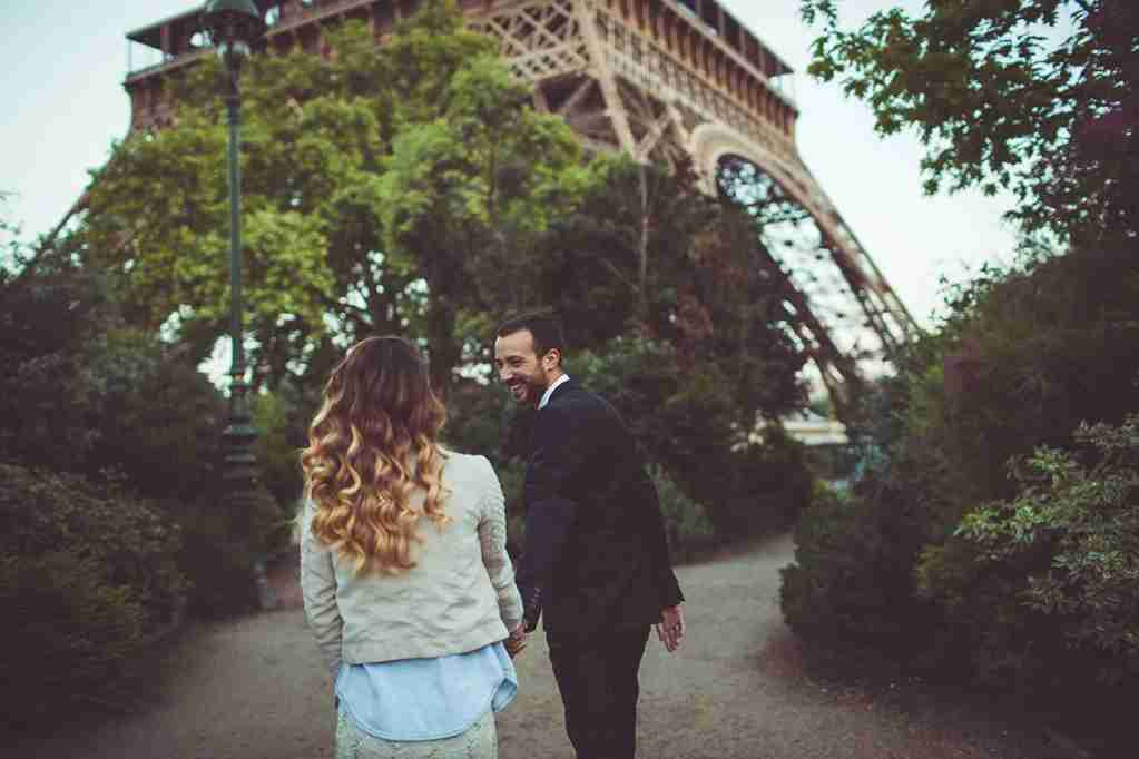 Romantic walk of a young, married couple in the gardens around Eiffel Tower (Paris, France). (Photo by Aleksandar Nakic/Getty Images)