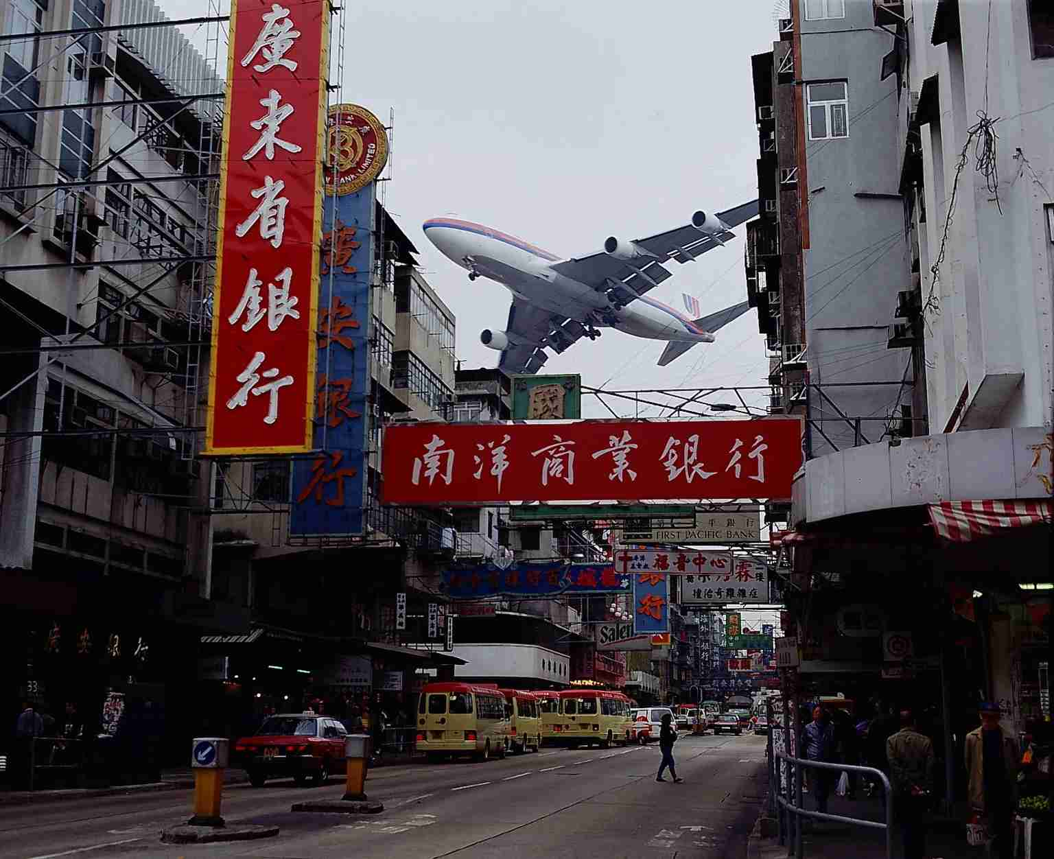 (GERMANY OUT) Passagierflugzeug beim Landeanflug aufden Flughafen Kai Tak direkt über der NgaTsin Wai Road in Kowloon - 1996col (Photo by Winter/ullstein bild via Getty Images)