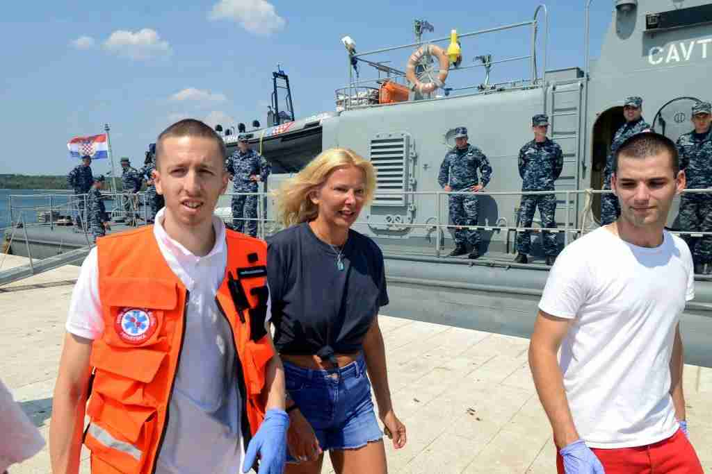 British tourist Kay Longstaff (C) exits Croatias coast guard ship in Pula, on August 19, 2018, which saved her after falling off a cruise ship near Croatian coast. - British tourist Kay Longstaff went overboard from the Norwegian Star cruise ship about 60 miles (95km) off Croatia
