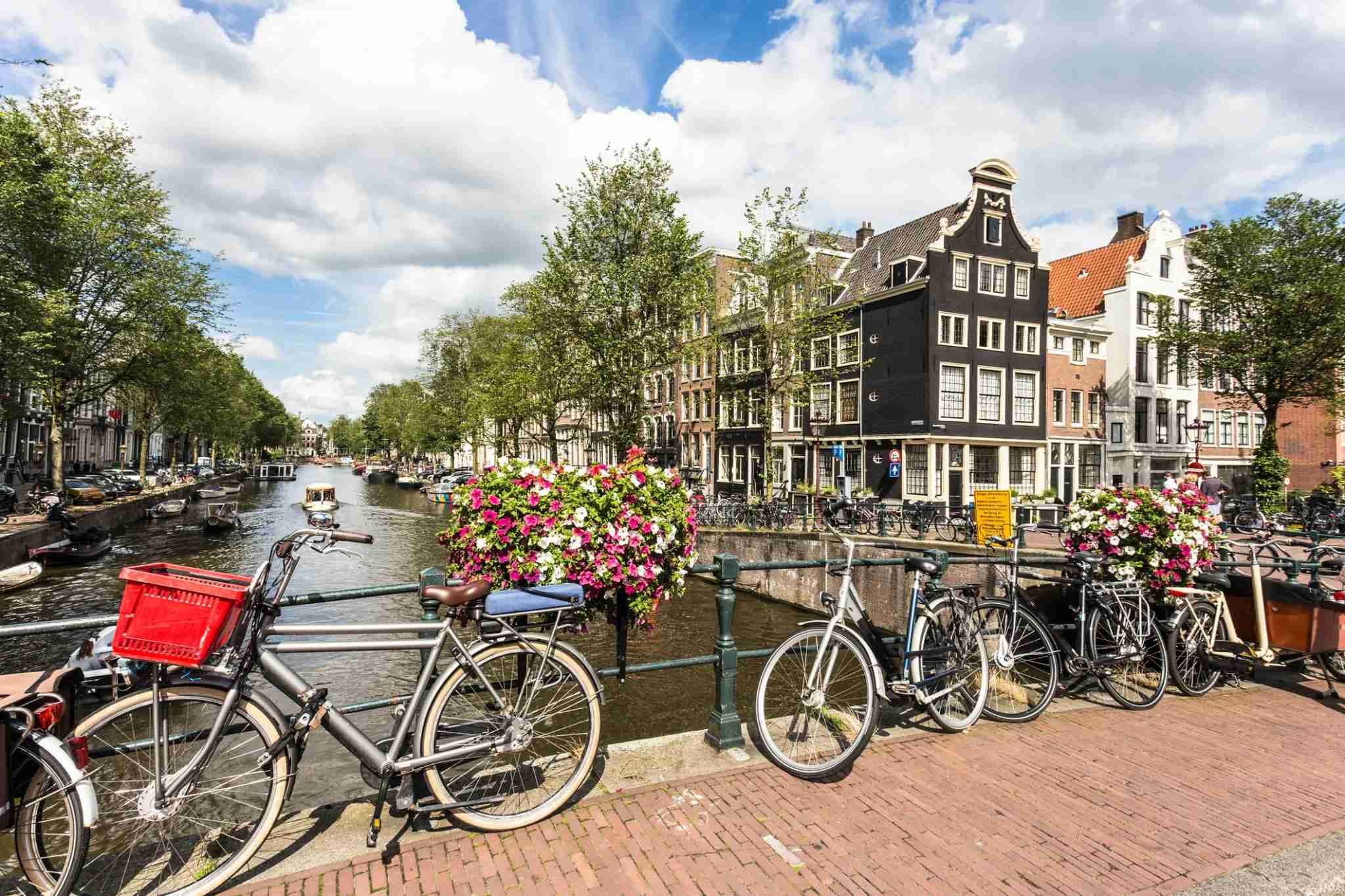 Bicycle rides along the canals of Amsterdam are simply magical. (Photo by @ Didier Marti / Getty Images)